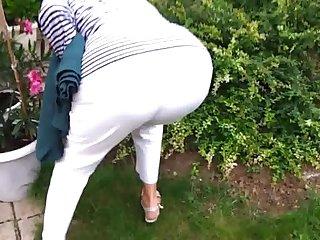 granny  dans son jardin son gros cul